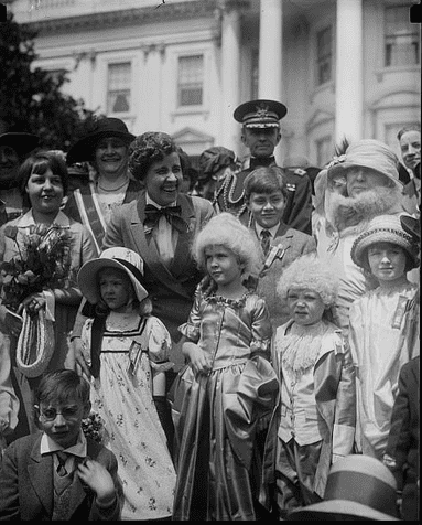 photo of First Lady Grace Coolidge and children dressed in colonial clothing, White House, Washington, D.C. (1923-1929)