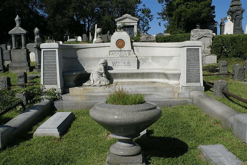 photo of Harry Houdini's gravesite