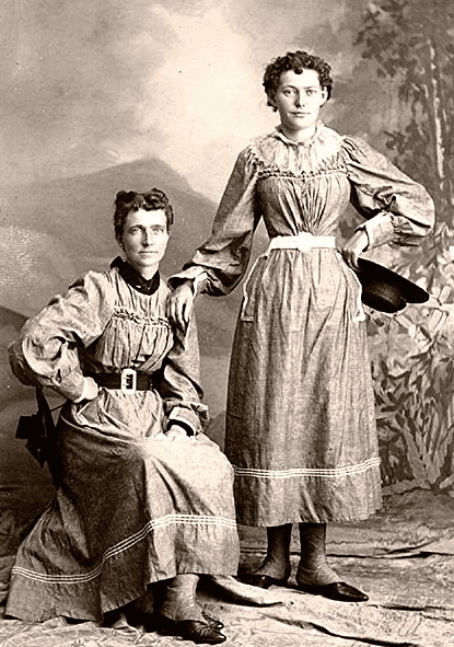 photo of Helga Estby (seated) and her daughter Clara