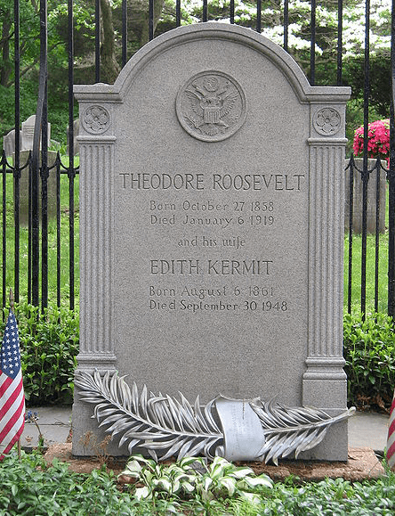 photo of the grave of President & Mrs. Roosevelt in Youngs Memorial Cemetery, Oyster Bay, New York