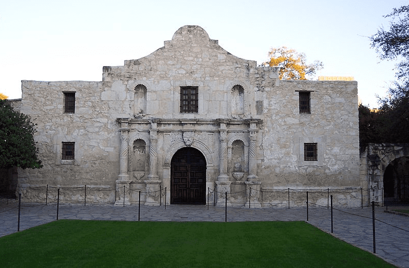 Photo: the chapel of the Alamo Mission, San Antonio, Texas