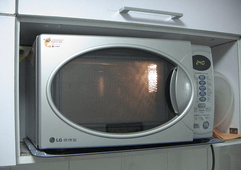 Photo: a 2005 microwave oven