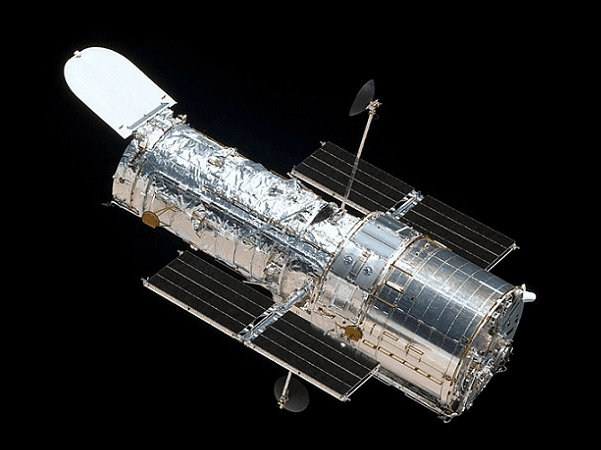Photo: the Hubble Space Telescope as seen from the departing space shuttle Atlantis, flying STS-125, HST Servicing Mission 4, 19 May 2009. Credit: Ruffnax; National Aeronautics and Space Administration; Wikimedia Commons.
