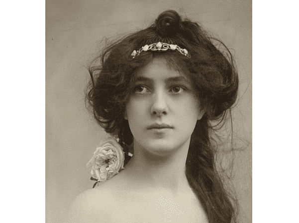 Photo: Evelyn Nesbit by Otto Sarony, 1902. Credit: Houghton Library; Wikimedia Commons.