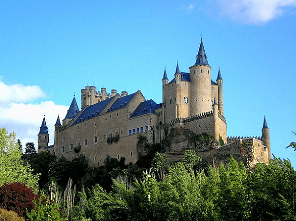 Photo: Alcázar of Segovia, Spain. Credit: Armandoreques; Wikimedia Commons.
