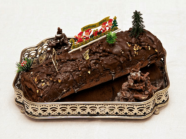 """Photo: a homemade """"Bûche de Noël"""" (yule log); this one is chocolate-filled with raspberry jam. Credit: Jebulon; Wikimedia Commons."""