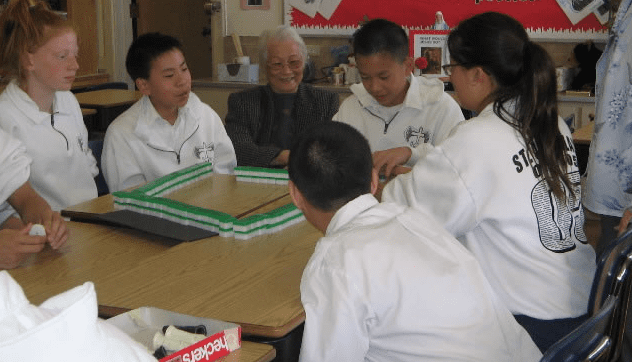 Photo: students in the United States learning how to play Mahjong