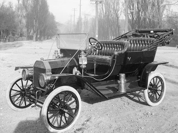 Photo: a 1910 Model T Ford, Salt Lake City, Utah. The photograph is for an advertisement and taken by Harry Shipler of Shipler Commercial Photographers on 11 April 1910. Credit: Wikimedia Commons.
