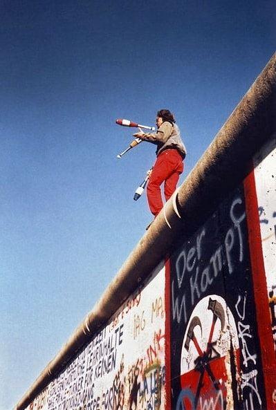 Photo: juggler atop the Berlin Wall, 16 November 1989. Credit: © Yann Forget / Wikimedia Commons / CC-BY-SA.