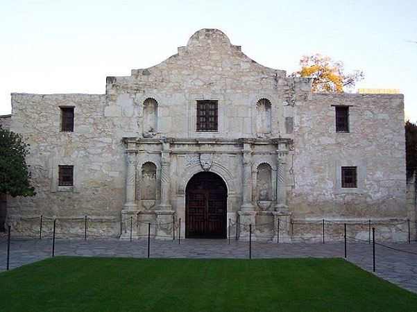 Photo: the Alamo, San Antonio, Texas. Credit: Cqui; Wikimedia Commons.