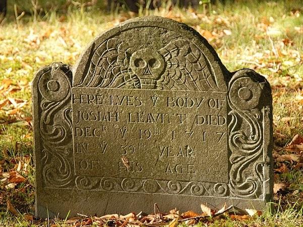 Photo: slate gravestone of Josiah Leavitt (1679–1717), Hingham Center Cemetery, Hingham, Plymouth County, Massachusetts. Credit: dee E. Warenycia; Wikimedia Commons.