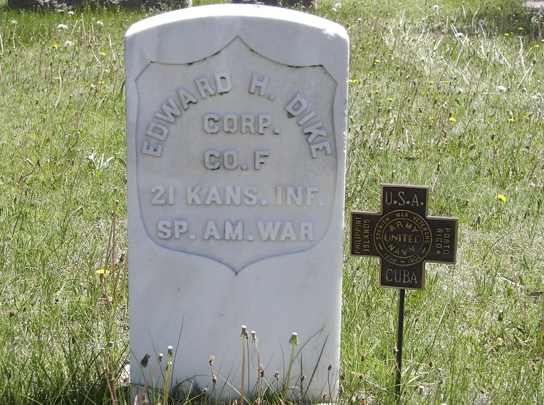 Photo: gravestone with a Spanish-American War grave marker
