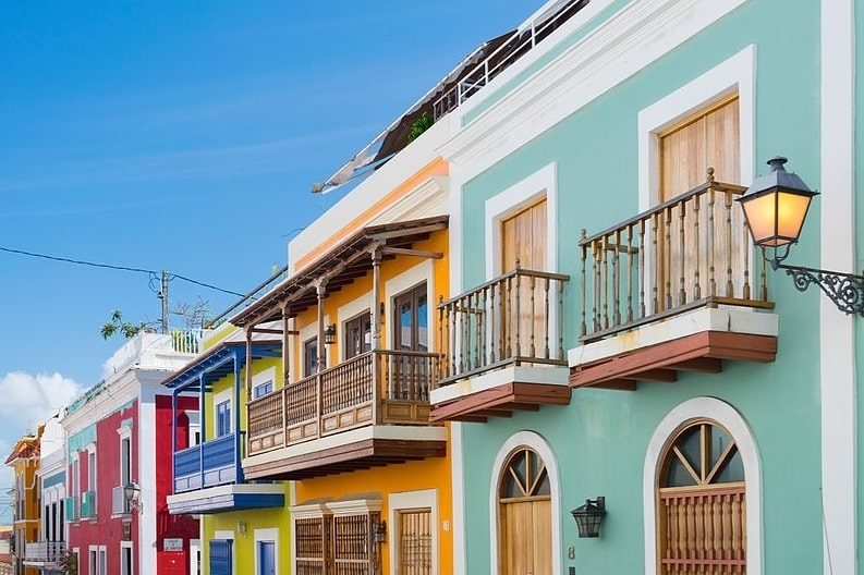 Photo: colorful street-lined homes in Old San Juan, Puerto Rico